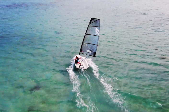 Photo of the ultra light and portable sailing dinghy - Reverso Air.